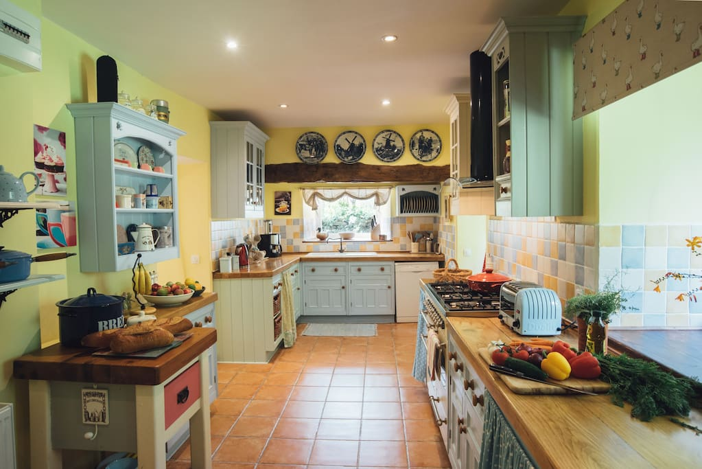 Cuisine - Cook up a treat in the French style kitchen, full of country charm and exceptionally well equipped with quality pans, crockery and appliances.