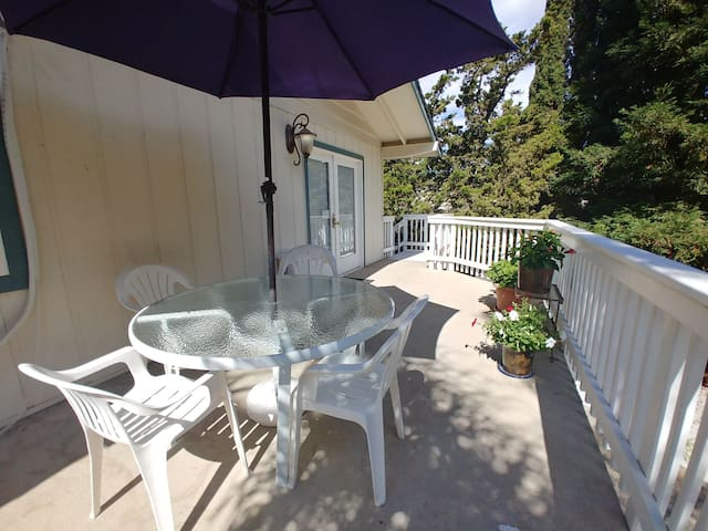 Jacuzzi/King Bed/Private Deck/WIFI/Parking ★★★