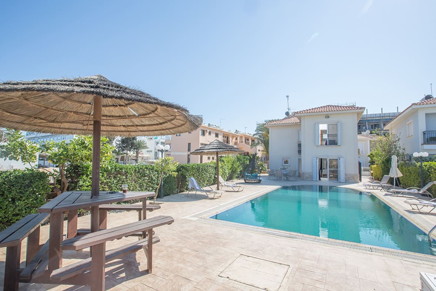 Villa Jazmin, Stunning 4BDR Villa, 1 minute to Fig Tree Bay Beach