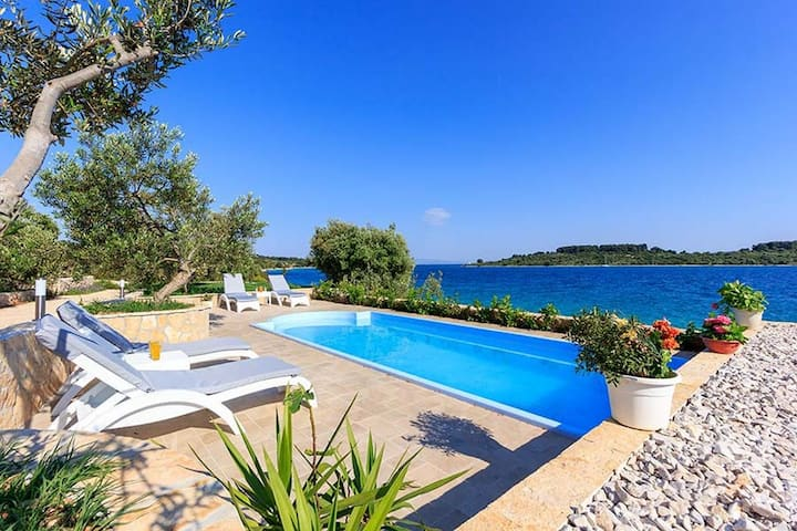Luxury Beachfront Villa Dalmatino Trogir with private pool right at the beach in Okrug Gornji - Ciovo