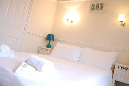 Double w/ Ensuite - The Pug & Greyhound B&B - Great Glen - Bed & Breakfast