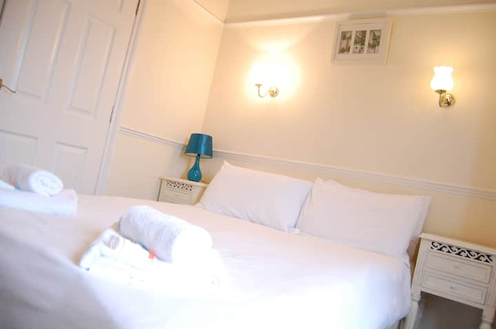 Double w/ Ensuite - The Pug & Greyhound B&B