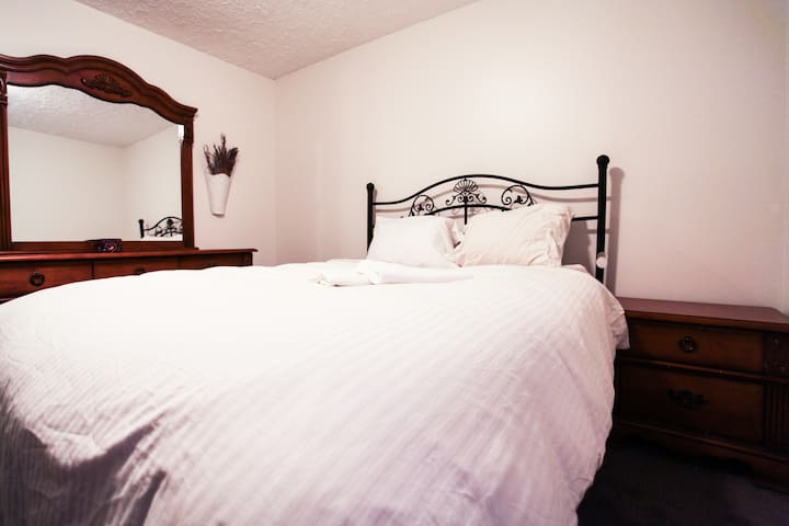 Queen Bed in quiet neighborhood & Private Room