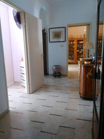 Prospettiva del corridoio vista dalla porta di ingresso
