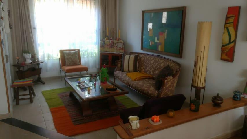Nice rooms, beautiful house, safe neighborhood. - Bogotá - House