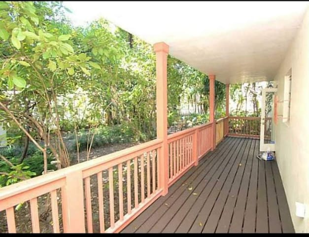 Long-term 6 mos, walking distance to beach!