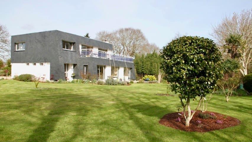 Maison d'architecte au calme, grand jardin. 3 chb. - Loctudy - Hus