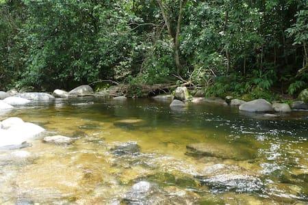 Casinha na beira do rio (amarelinha) - Cachoeiras de Macacu - Casa