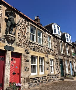 Crusoe Cottage, in the heart of Lower Largo. - Talo