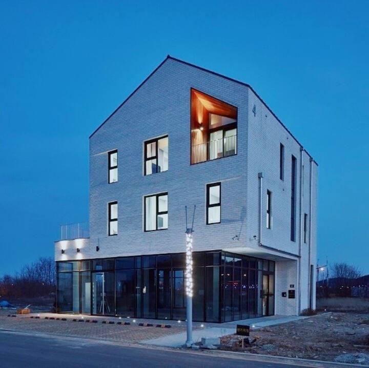 드리밍 스위트 유럽풍 하얀벽돌건물