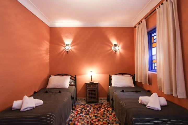 **Twin room+wifi+breakfast**