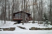 Winter Oasis near Perth Ontario! Great for hikes on trails and the historic lock system, resting by the wood burning stove or gazing out the large windows at nature!