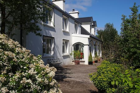 Ballycommane House Rooms overlooking lush gardens - Durrus - Hotel boutique