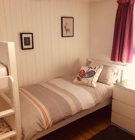Bedroom 2 with single bed (90x190)