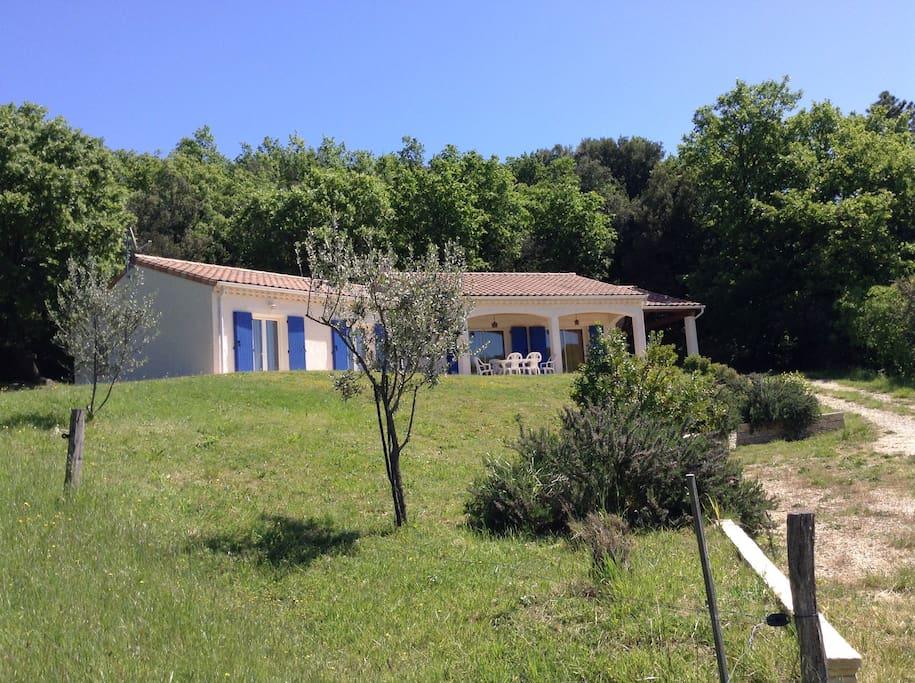 La Maison Ghelia, dans la prairie