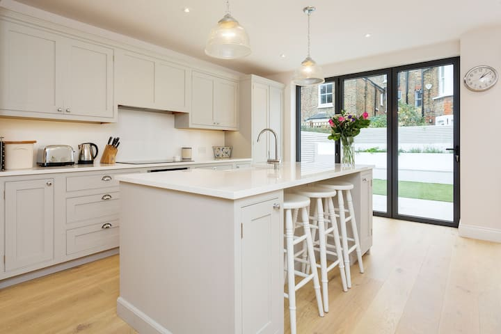Up to 20% off! 4 bed family home in Chiswick