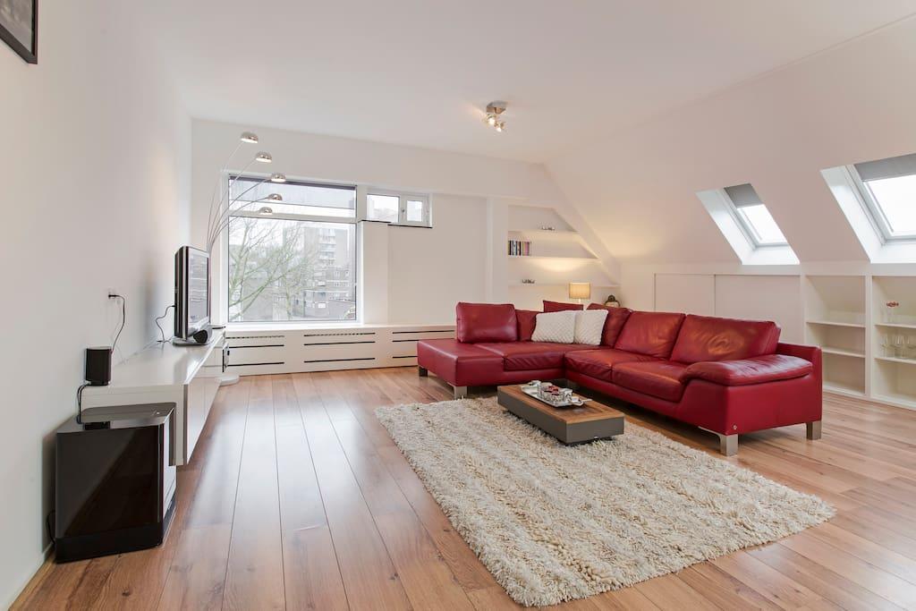 Ruime en lichte woonkamer die van alle gemakken voorzien is.