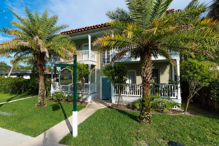 Las Casitas - Verde Suite - Walk to Downtown!