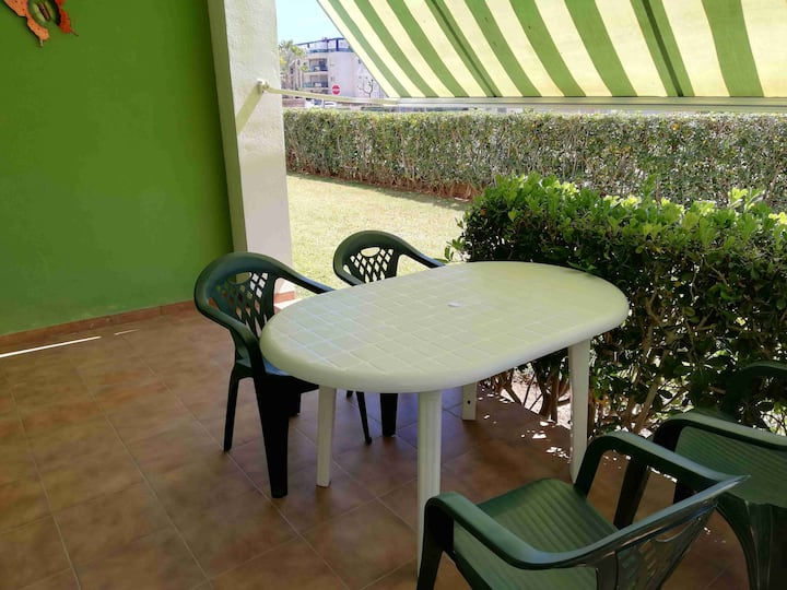 Apt on the ground floor, direct access to shared garden, pool, WIFI