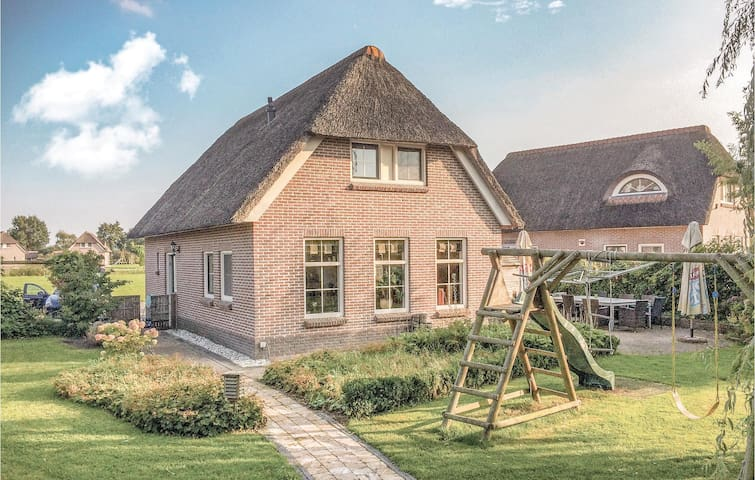 Holiday cottage with 4 bedrooms on 210m² in Tiendeveen