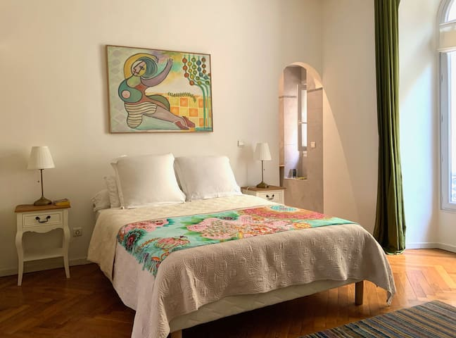 1st master bedroom, queen size bed, on private courtyard, has its own shower room and toilet