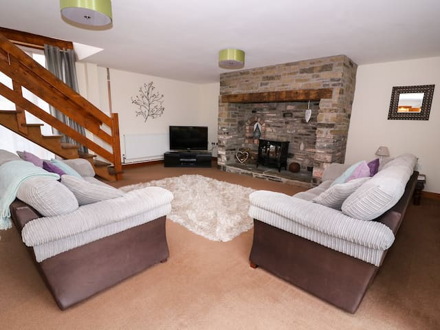 THE BARN, pet friendly in Llandrindod Wells, Ref 998061