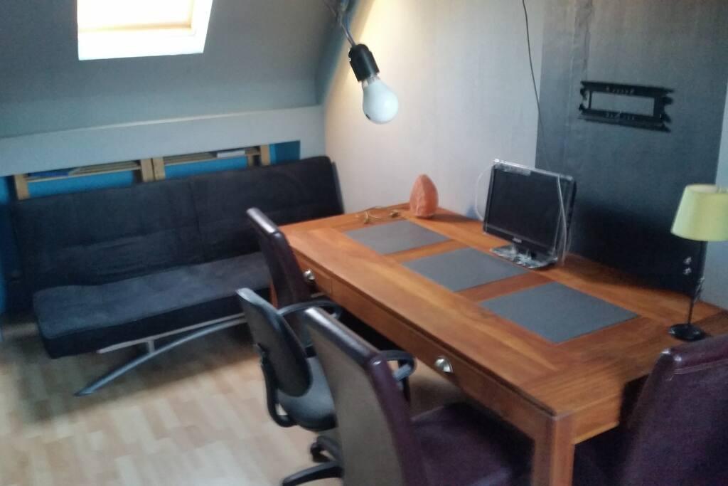 1er côté de la CH3 avec canapé lit 2P, Gd table en Tech + Chaise,TV écran plat