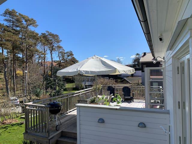 Havsnära mysig villa med stor trädgård.