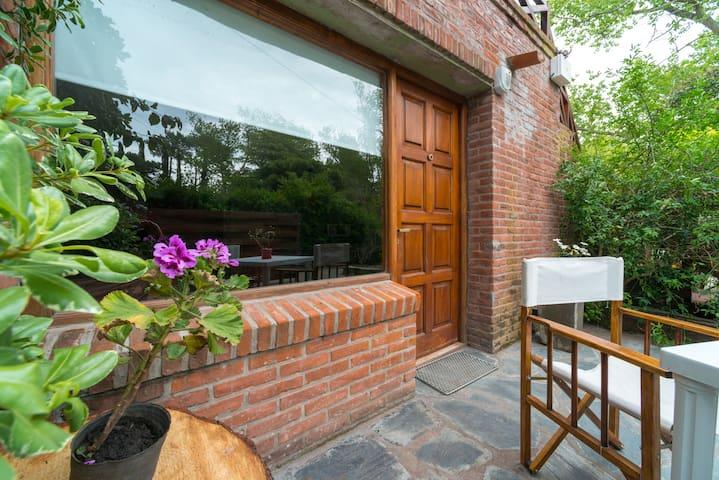 Patio c jardín, mesa y sillas