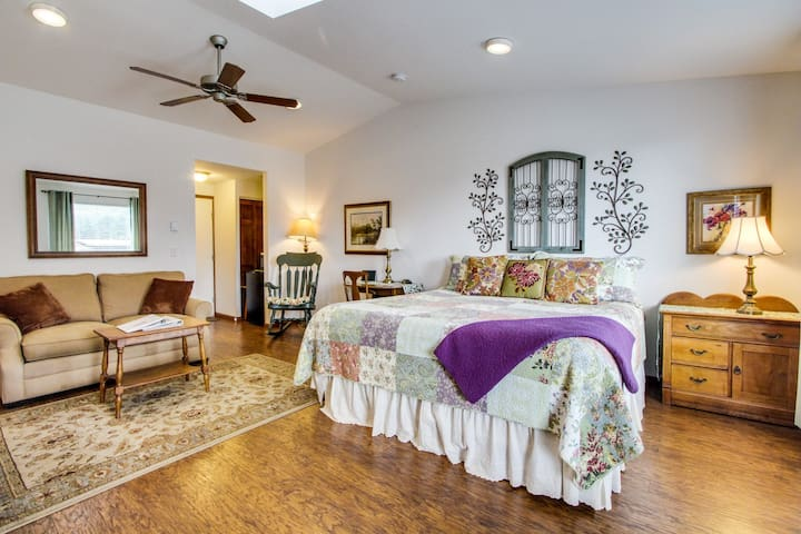 Cozy garden-themed suite with oceanfront views - bring your dogs along too!