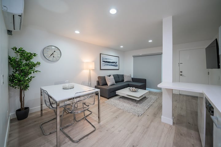 Attractive, Sleek, & Cozy 1BR Apt in N. Hollywood!