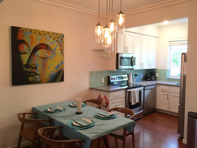 South Beach condo with parking sleeps 6 adults!