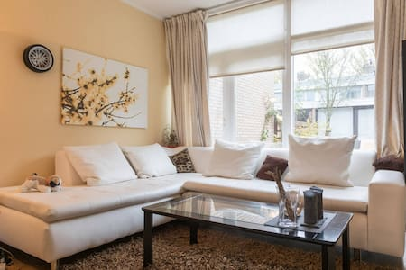 Spacious Room with parking, free bikes - Amstelveen