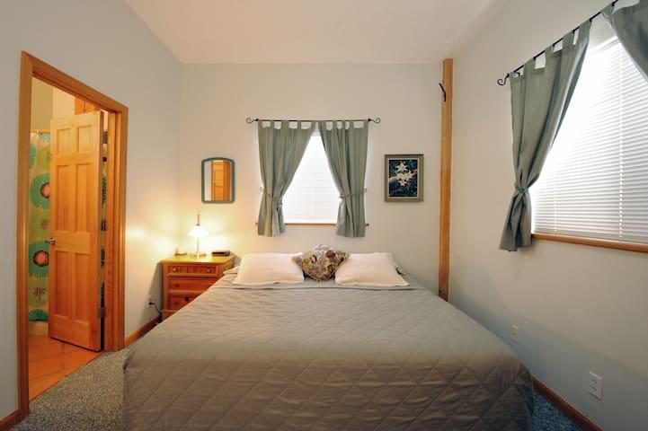 Wagon Room - king bed with en-suite bath