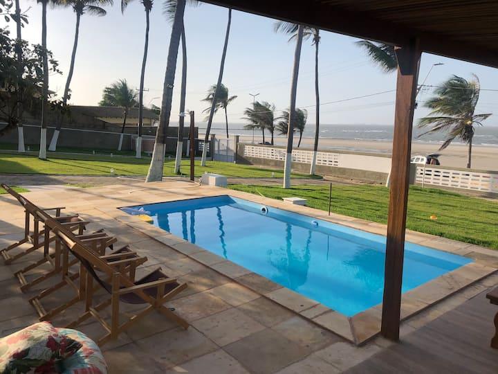 Casa de praia espaçosa à beira mar do Araçagi