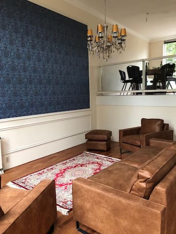 Private Room in house close to train / bus station