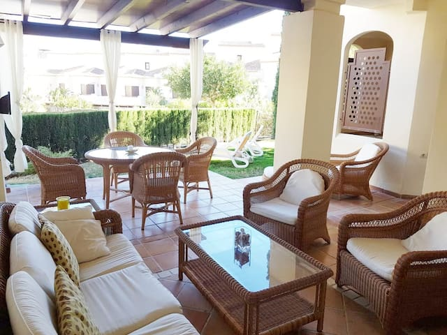 Nice garden apt 200m from the sea in white Altea