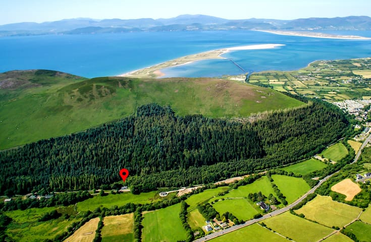 Here you see where Railway Cottage is placed in front of Curra Mountain. You see Rossbeigh Beach in the back and Dingle Peninsula with Inch Beach on the other side.