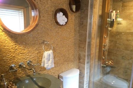Minutes to NYC & Metlife, Entire suite/ Spa Bath