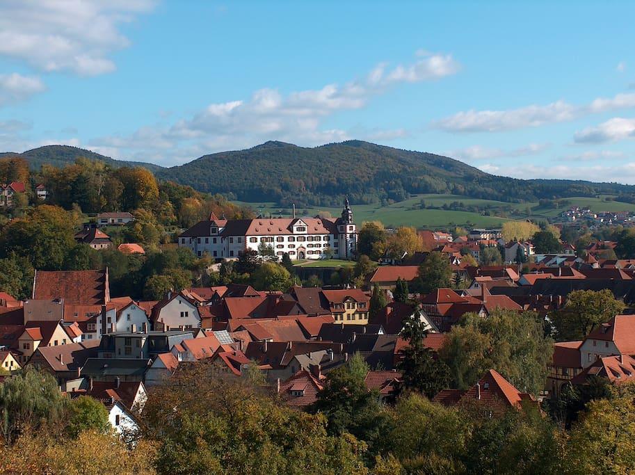 Aus dem Fewo-Wintergarten haben Sie die Wilhelmsburg von Schmalkalden und die Berge des Thüringer Waldes jederzeit im Blickfeld.