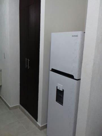 Refrigerador y armario.