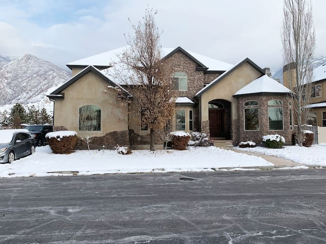Beautiful Cttnwd home in prime skier location!!