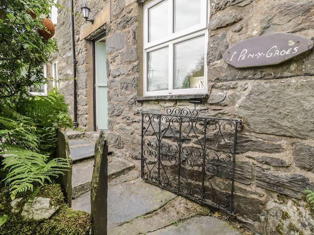 1 PENYGROES, family friendly, with open fire in Penmachno, Ref 917960