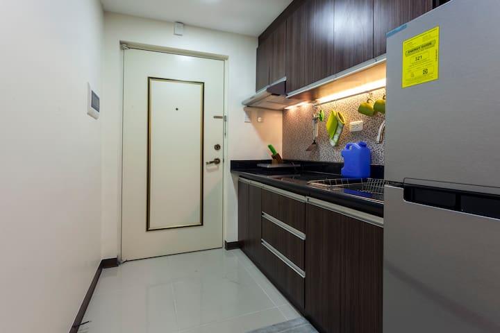 Complete kitchen amenities