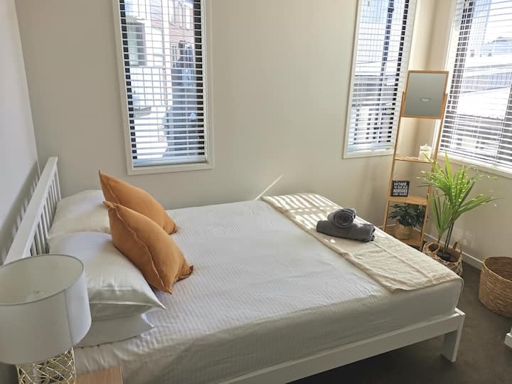 Light and modern double bedroom in Mt Eden