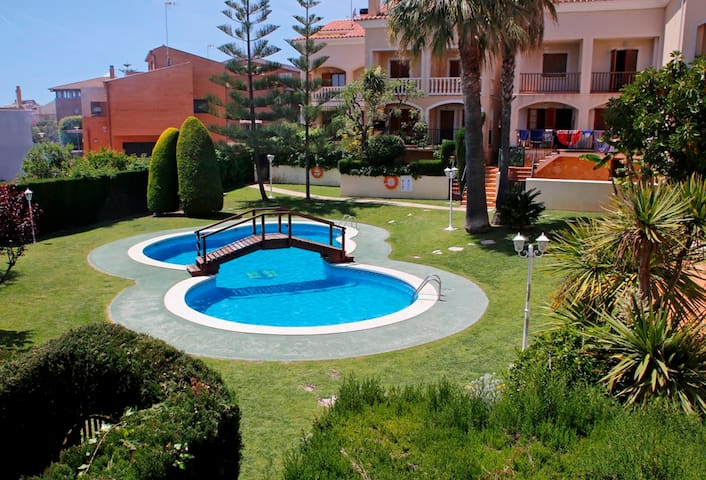 Peaceful area, barbecue, pool. 850m from the beach - Torredembarra - House