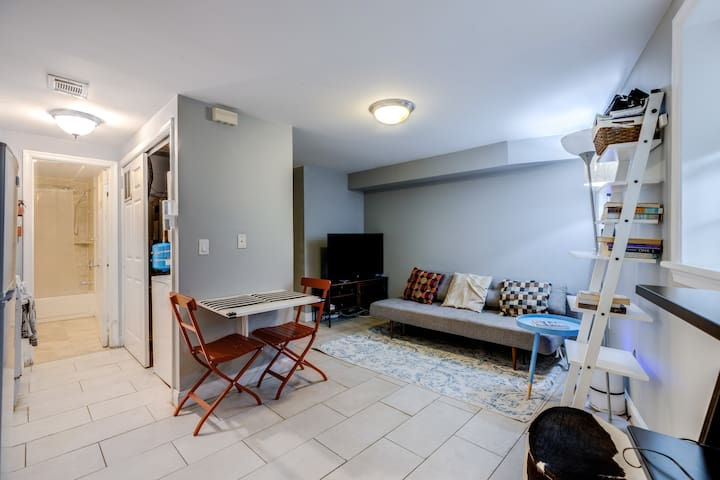 Cozy ☆ Well-Located 14th St Condo ☆ Paid Parking