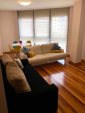 Salón luminoso que cuenta con dos sofás para poder descansar viendo la tv