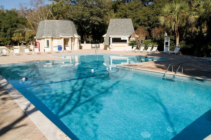 Premium Cleaned | Bike to the beach from this golf course-view condo w/ shared pool & tennis