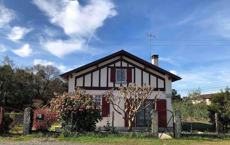 Chaleureuse maison avec grand jardin pour 8